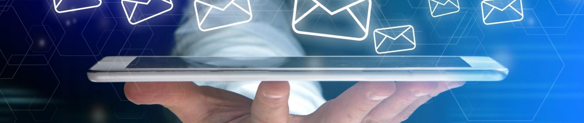 Mobiel met enveloppen die zweven om de digitale nieuwsberichten te symboliseren